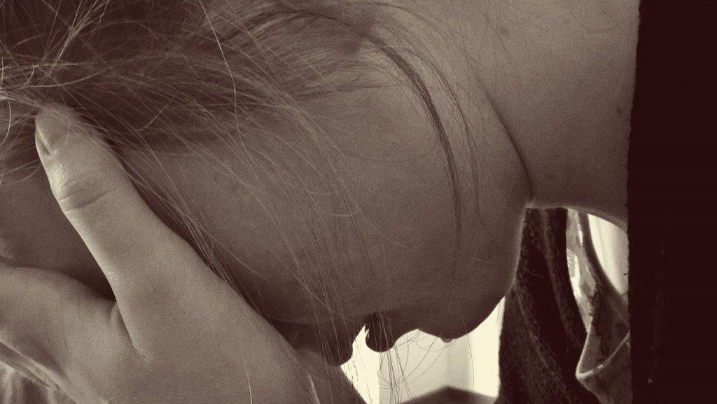 donna che piange per la mancanza dell'ex partner