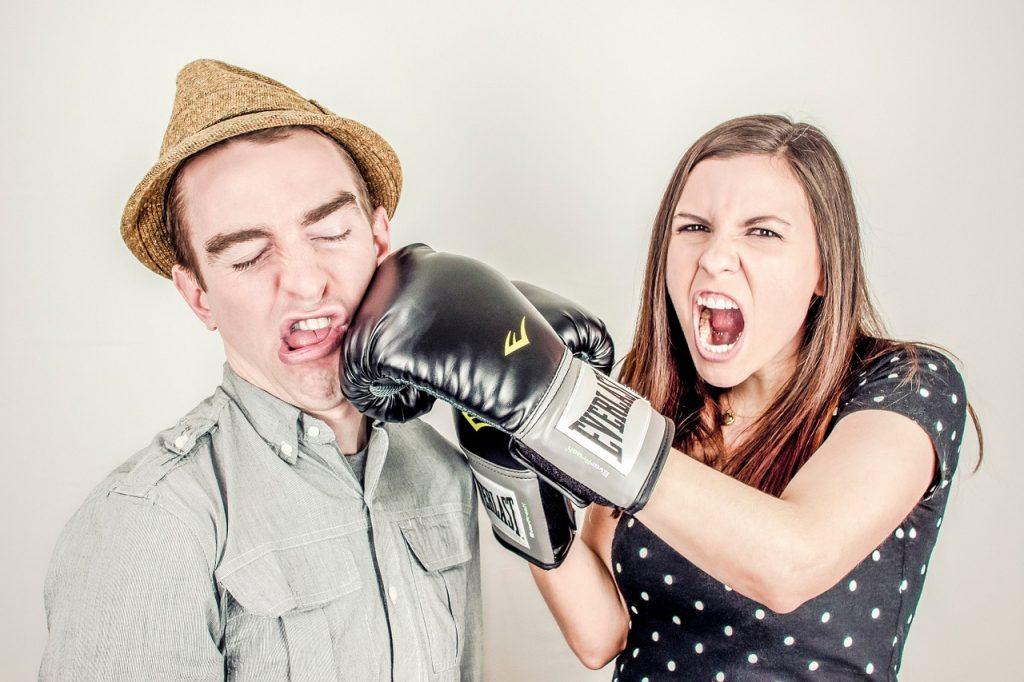 coppia che litiga ferocemente