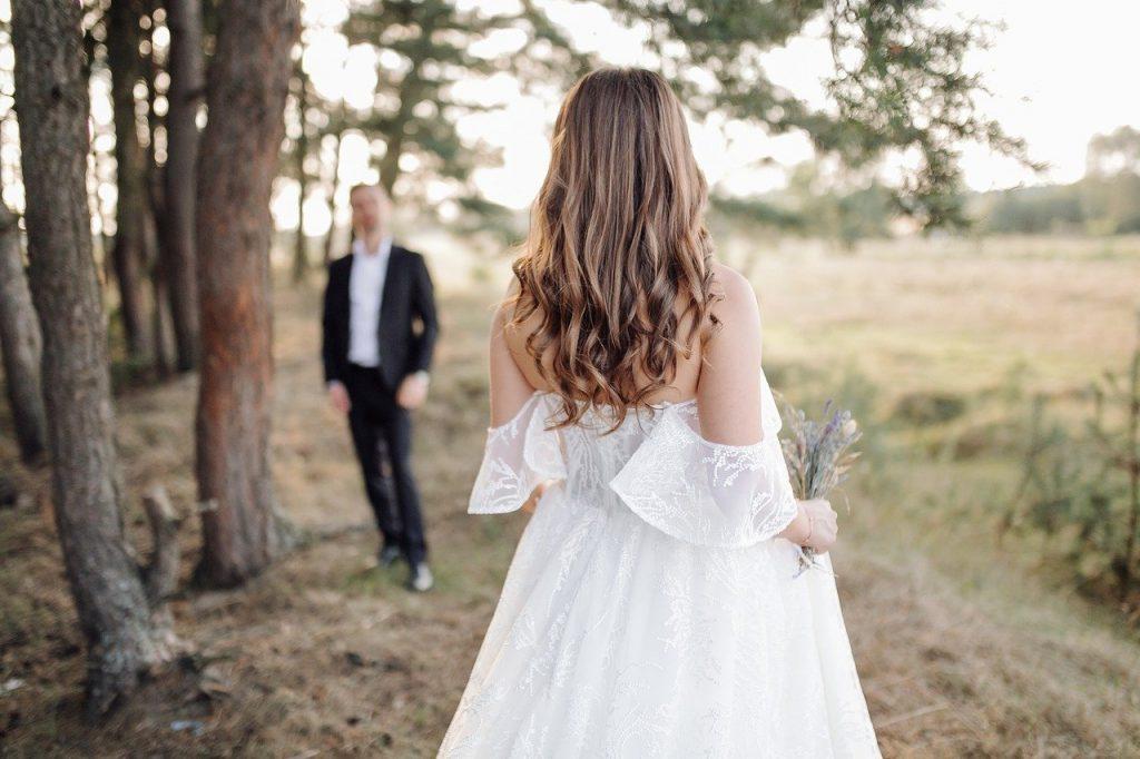 uomo sposato si allontana dalla moglie