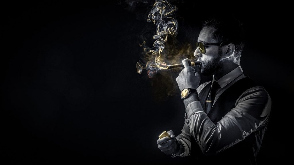 uomo sposato che si da delle arie fumando