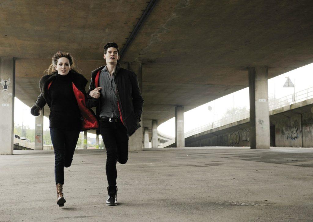uomo e donna corrono dopo aver ricostruito il rapporto